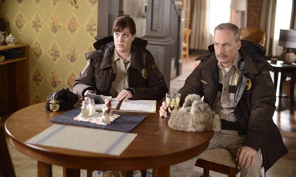 Allison Tolman y Bob Odenkirk representan a la ley en 'Fargo'