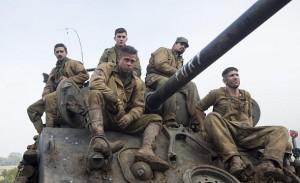 Brad Pitt dirige a la tripulación de un tanque en 'Corazones de acero'
