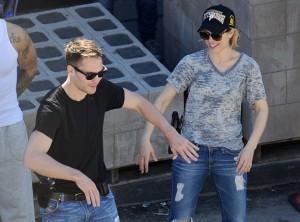 Taylor Kitsch bromea con McAdams en una pausa del rodaje