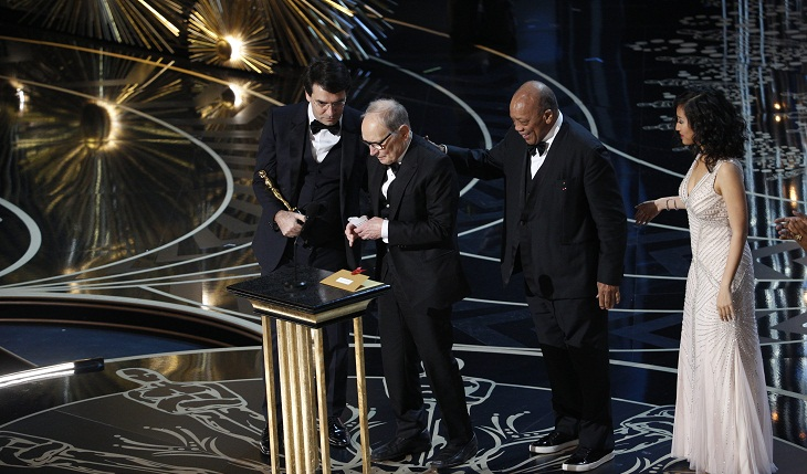 Ennio Morricone recibe su Oscar